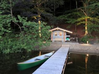 Waldsauna und Bootshaus aus Keloholz am See.