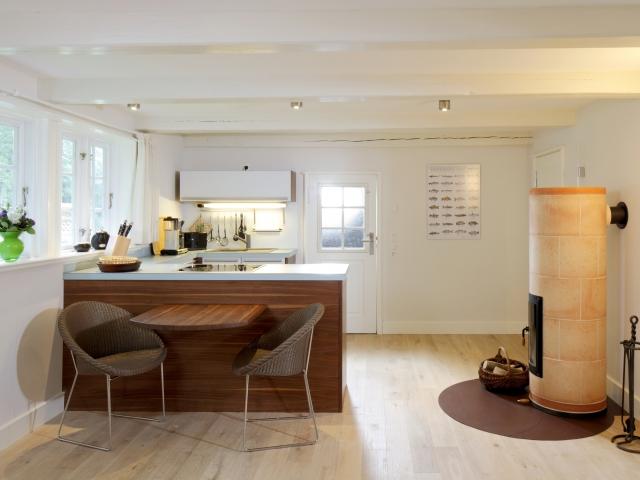Küchenbereich mit Esstisch (Fischerhaus-Wohnung II)