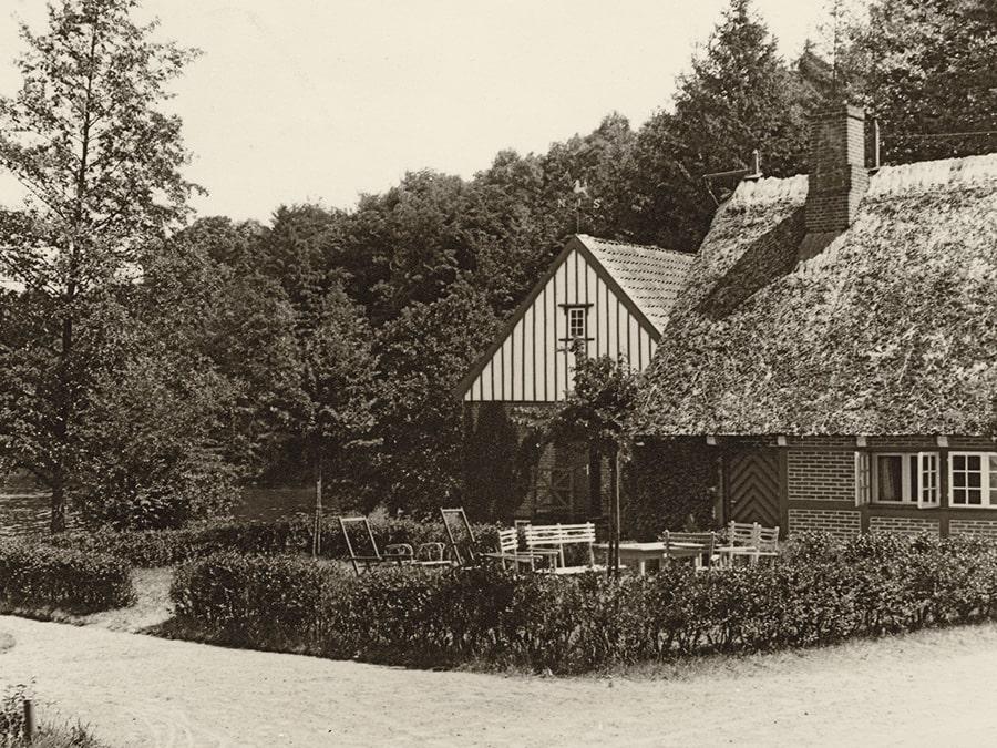 Das Fischerhaus mit der Wassermühle um 1930