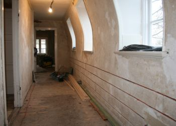 Die Wände mit einem Heizungs-System für reine Strahlungswärme versehen.
