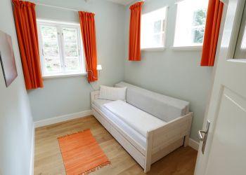 1. Kinderzimmer mit eingeklapptem Bett (Fischerhaus-Wohnung I)