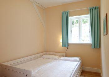 2. Kinderzimmer mit ausgeklapptem Bett (Fischerhaus-Wohnung I)