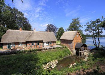 Die Terrassen der Fischerhaus-Wohnungen direkt an der Mühlenau.