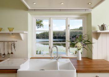 Blick aus der Küche auf den See (Englisches Landhaus)