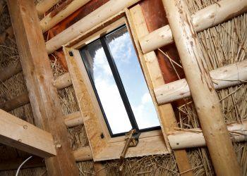 In das Reetdach wurde ein eigens entwickeltes Stahlfenster eingebaut